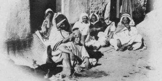 perruquier-arabe-algerien-en-1900-ancien-metier-perruquier-arabe-coiffeur-a-l-ancienne-fumeur-algerie-n-de