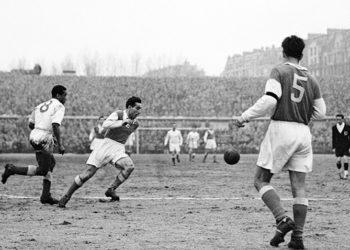 Photo taken in 1953 shows Moroccan football player Larbi Benbarek (L) fighting for the ball.   AFP PHOTO / AFP PHOTO / STRINGER