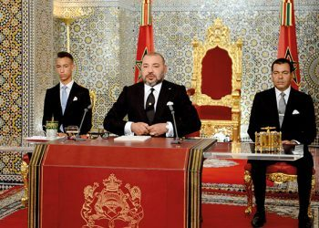 """This handout picture courtesy the Moroccan Royal Palace shows Morocco's King Mohammed VI (C) delivering a speech to mark the 16th anniversary of his accession to the throne, beside his brother Prince Moulay Rachid (R) and son Hassan III (L) in Tetouan on August 29, 2017. / AFP PHOTO / MAP / MAP / == RESTRICTED TO EDITORIAL USE - MANDATORY CREDIT """"AFP PHOTO / MOROCCAN ROYAL PALACE -Hand-Out"""" - NO MARKETING NO ADVERTISING CAMPAIGNS - DISTRIBUTED AS A SERVICE TO CLIENTS =="""