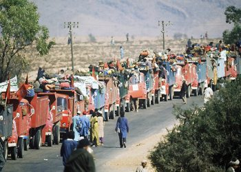 les volontaires marocains participant ‡ la Marche verte quittent le camp d'Ait Meloul, le 25 octobre 1975, en route vers la frontiËre espagnole du Sahara occidental. Ce territoire passera sous administration marocaine avec l'accord Hispano-marocco-mauritanien de Madrid du 14 novembre 1975.Moroccan volunteers attending the Green March leave Ait Meloul camp 25 Octobre 1975 on they way towards the Spanish border of Western Sahara. This territory will be administrated by Moroccan authorities following the Spanish-moroccan-mauritanian agreement signed in Madrid 14 November 1975.
