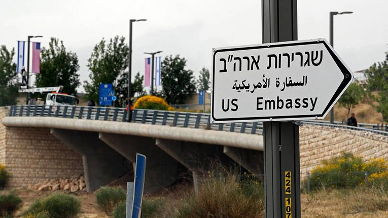 A new road sign indicating the way to the new US embassy in Jerusalem is seen on May 7, 2018. / AFP / THOMAS COEX