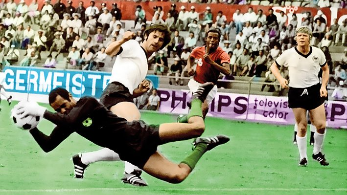 Moroccan goalkeeper Ben Kassou Allal catches the ball as he dives in front of German forward Gerhard M¸ller 03 June 1970 in Leon during the World Cup first round soccer match between Germany and Morocco. Germany won 2-1 with M˚ller scoring the winning goal. AFP PHOTO / AFP PHOTO / STAFF